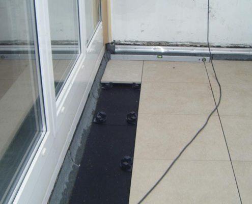 Neu-Erstellung einer Dach-Terrasse mit großformatigen Platten auf Stelz-Lagern
