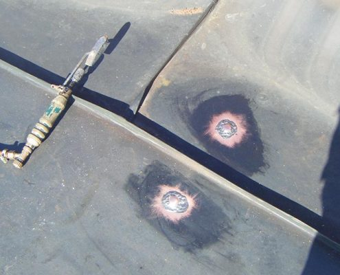 Auf diesem Foto hat eine andere Firma in der Fläche Nägel durchgeschlagen, warum auch immer, diese Löcher wurden durch uns wieder verschlossen