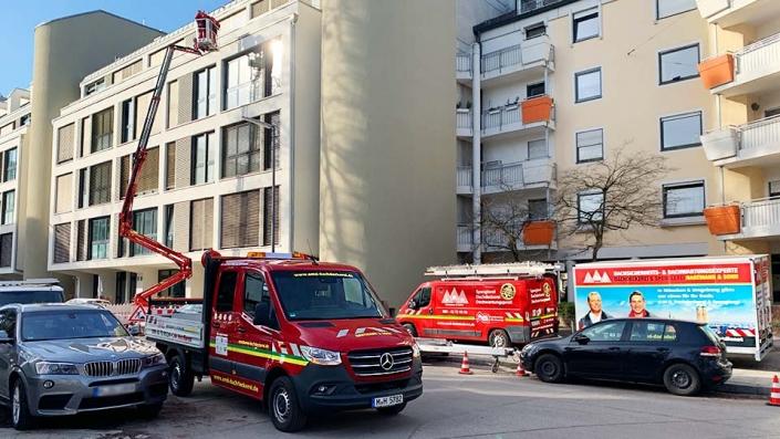 Dachdecker München mit Arbeitsbühne im Einsatz